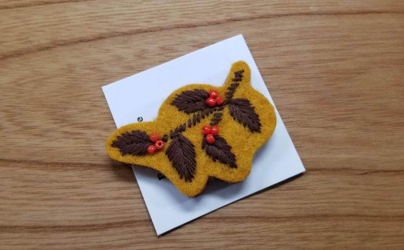 ピープルツリー「フェルトの手刺繡リーフブローチ」(からし色)